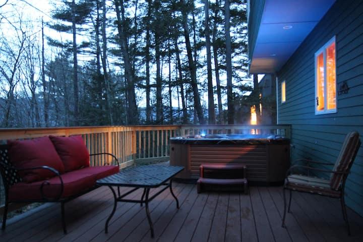 Close to village and Storyland with a NEW Hot tub