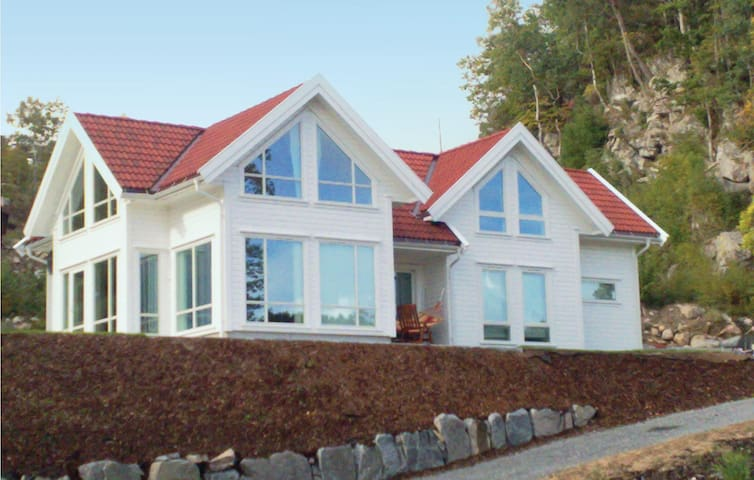 Holiday cottage with 4 bedrooms on 180 m² in Lindesnes