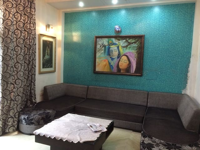 Big,Spacious Vibrant House with Private Washroom