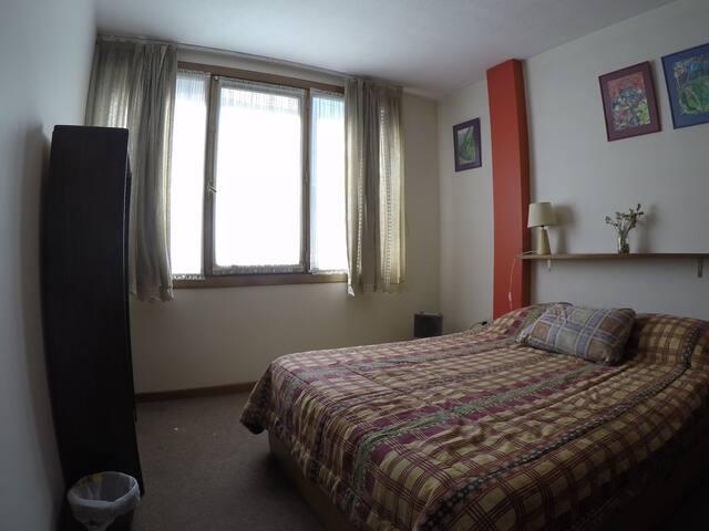 main bedroom with a double bed/cuarto principal con cama matrimonial