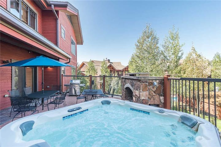 EL5105 by Simply Steamboat: Private Patio with Hot Tub, Fireplace and BBQ!