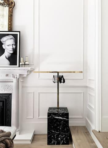 La habitación cuenta con una cuelga con perchas. Ideal para depositar las maletas. ______ The room has a decorative rack with hangers. Ideal for storing luggage.