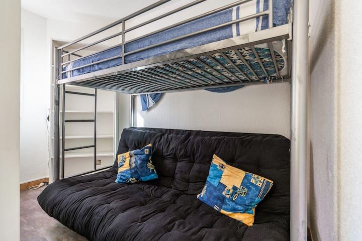 Un coin cabine optimisé, attention le canapé lit ne convient pas pour un couchage adultes.