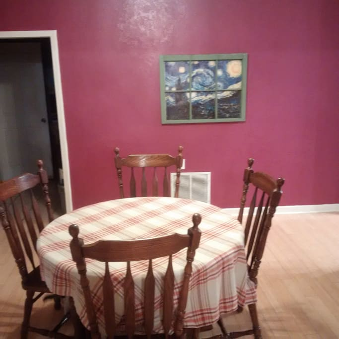Dining room, extra leafs and chairs for table