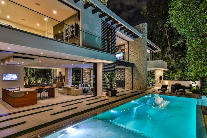 Spectacular Beverly Hills 4BR with Pool (Veeve)