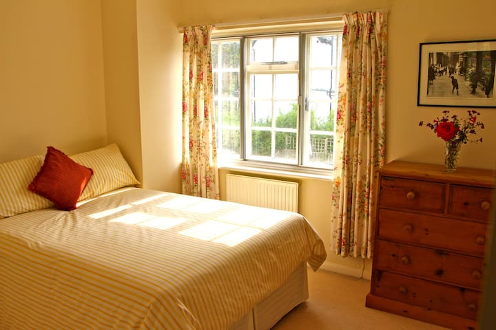 Double bedroom in Riverside home - Maidenhead
