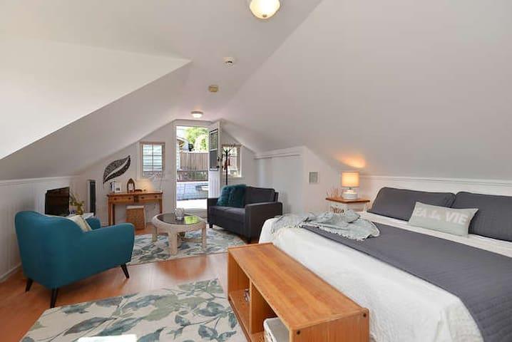 Spacious & bright suite