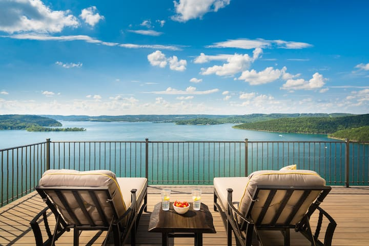 Iconic Branson Home w/ amazing view of Tablerock