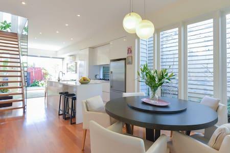 Gorgeous 2 BDR light filled home - Newport - House