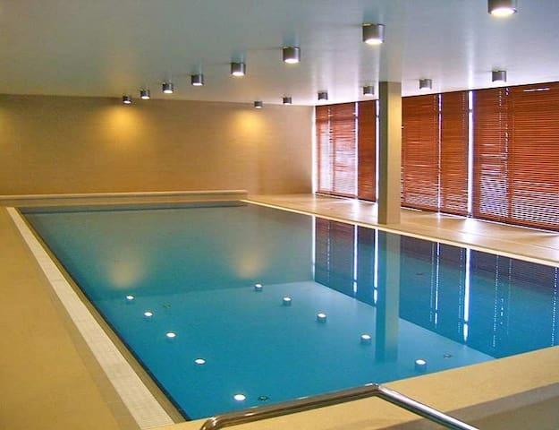 Premium apt near downtown with pool, spa & gym