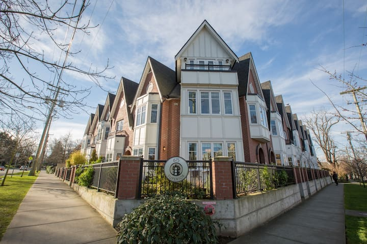 Triple Tiered Townhouse-1800 sq ft Brownstone by Beacon Hill Park & Royal Museum
