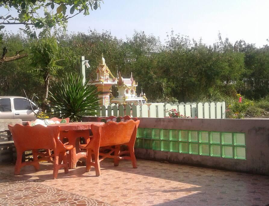 มีโต๊ะนั่งชมวิวหน้าบ้าน บรรยากาศบ้านทุ่ง  ที่พักเราอยู่หลังสายใต้ใหม่บรมราชชนนี