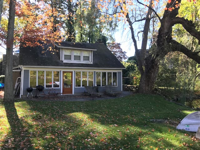 Charming Lake Front Cottage - Paradise Rest Home