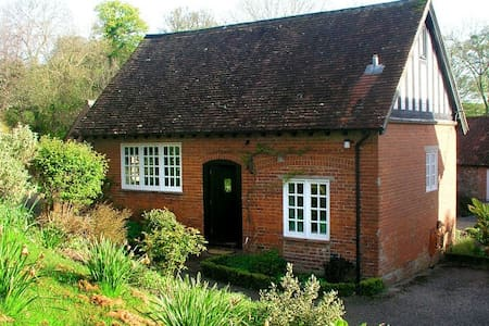 Charming cosy cottage in beautiful countryside
