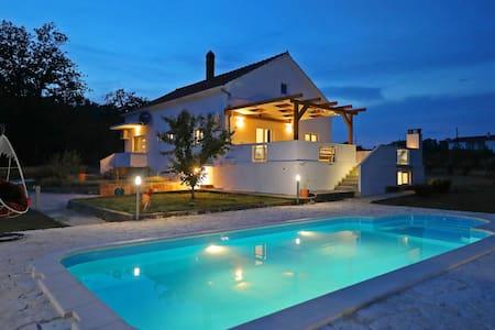 Pool house in a rural setting - 10km from Zadar