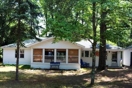 Cozy Torch Lake Cottage nr Sandbar - Rapid City - Haus
