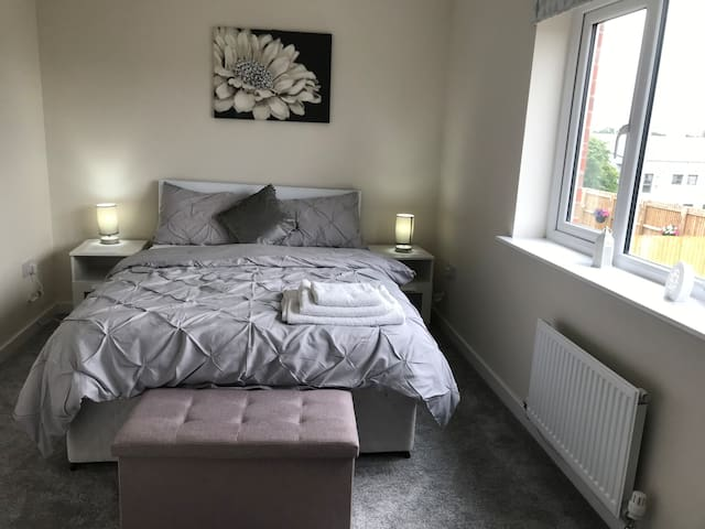 New Double room 10 min walk from Glasgow airport