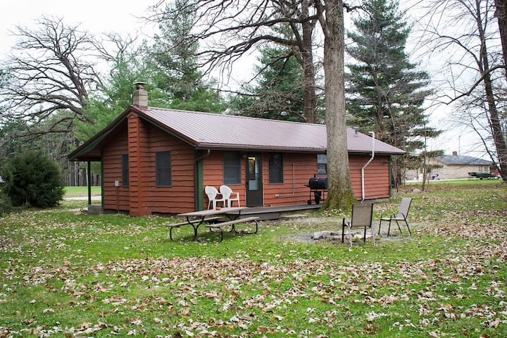 Kishauwau's Starved Rock Area Cabins - Single Bedroom (Trading Post) Cabin Sleeps 6