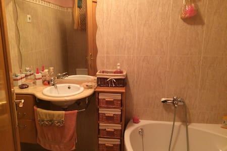 Piso. Alquilo dormitorio cn baño  - Lorca