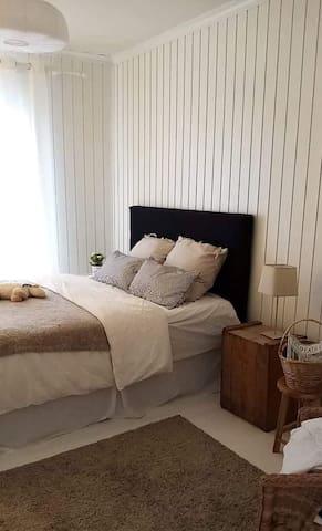 Cosy bedroom - viihtyisä huone (Nr 1) huvilassa