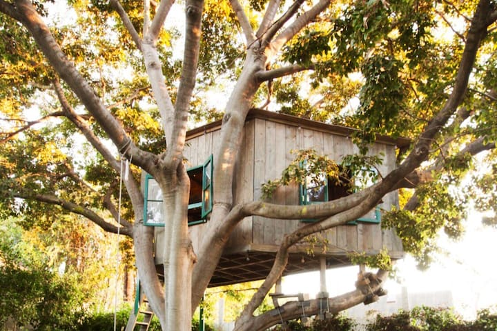 Magical Treehouse Retreat. Date Night Perfection.
