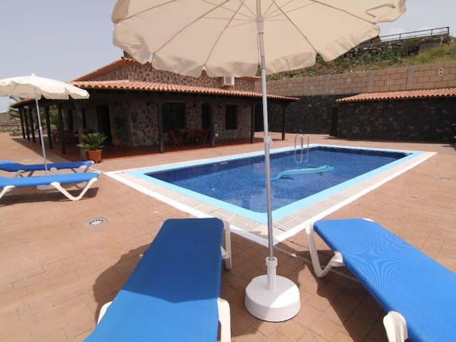 CERCADO DEL MEDIO BEAUTIFUL COUNTRY VILLA WITH PRIVATE POOL AND CAR INCLUDED !!!