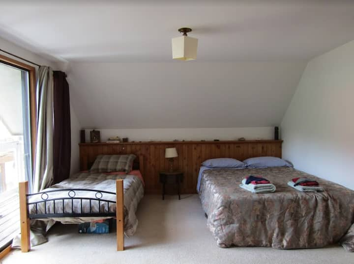 OUR Ecovillage Farmhouse - Apple Blossom Room