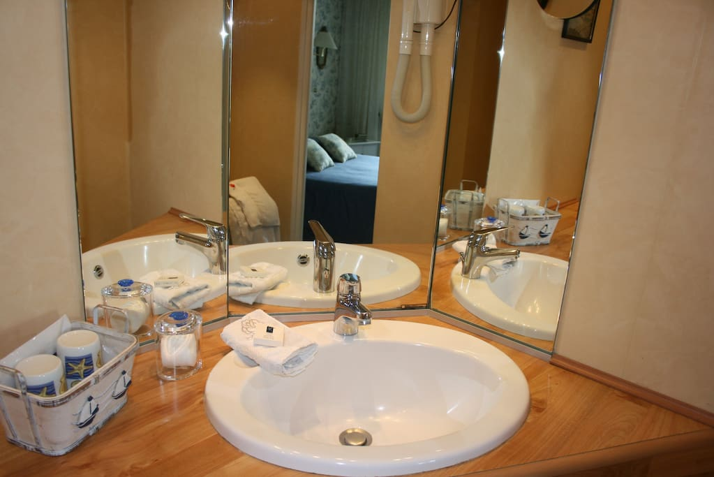 Salle de bain et 2 toilettes