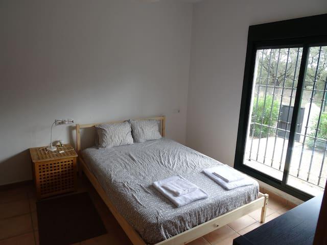 Main Room 2 (with private bathroom) Dormitorio Principal 2 (con baño privado)