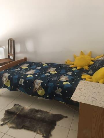 Dans la chambre : le lit