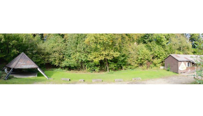 Gelände im Überblick: Pyramide, Grünfläche, Pfadiheim