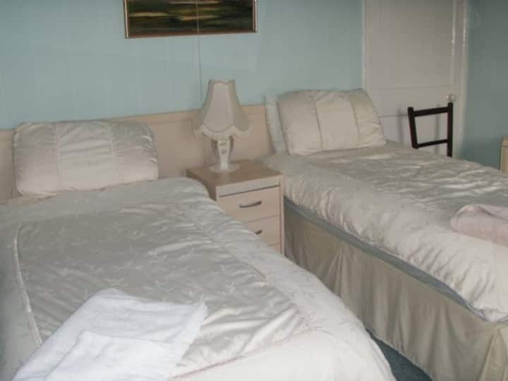 Twin room in grade ii listed Bed and Breakfast R6