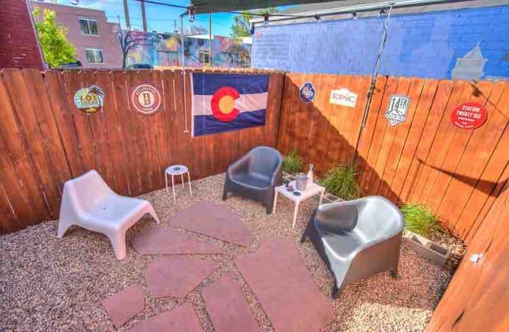 Privat yard with shade sail