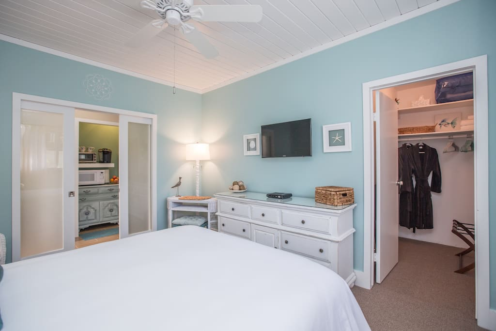 Large bedroom and in the afternoon, the beautiful watery reflection of the pool dances across the wood ceiling