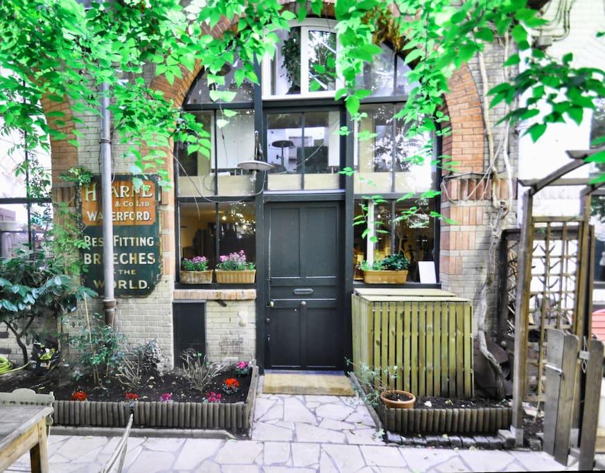Atelier d 39 artiste dans un jardin lofts louer paris le de france - Location atelier artiste lyon ...