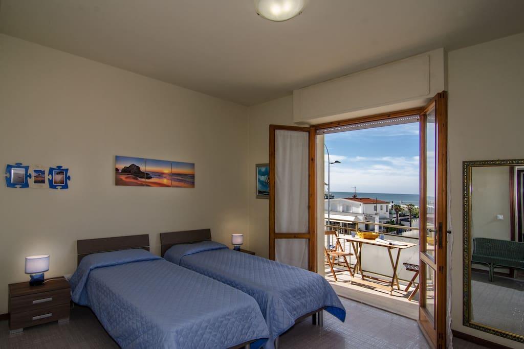 Camera con letti singoli con vista mare.