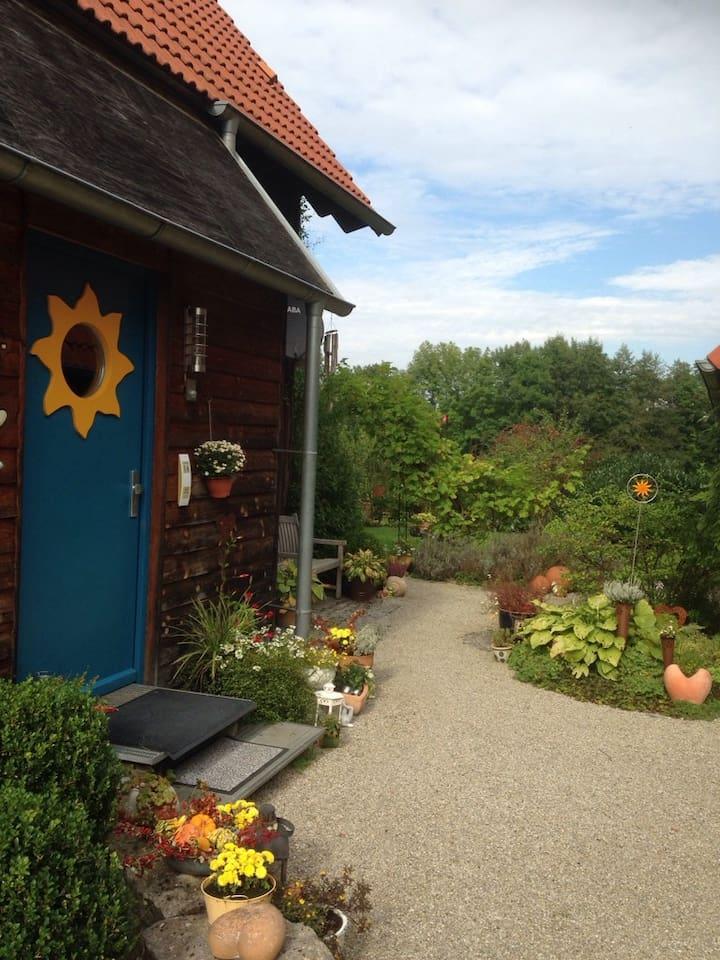 Mein Holzhaus mit idyllischem Garten