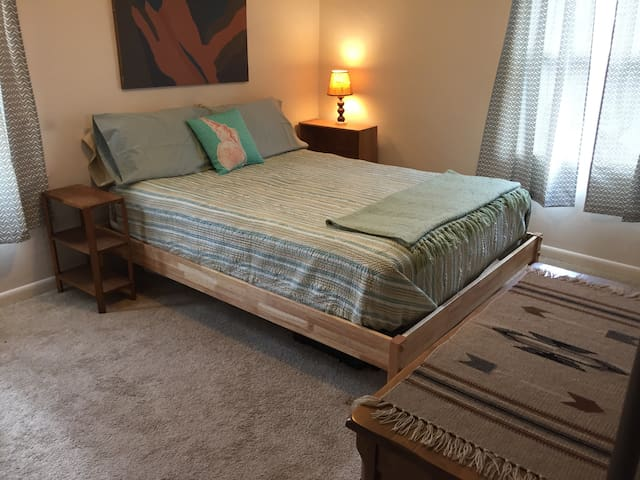 Comfy SW style near UNM, Nob Hill - Albuquerque - Bed & Breakfast