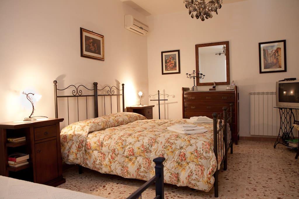 La camera da letto ampia, luminosa ed accogliente.