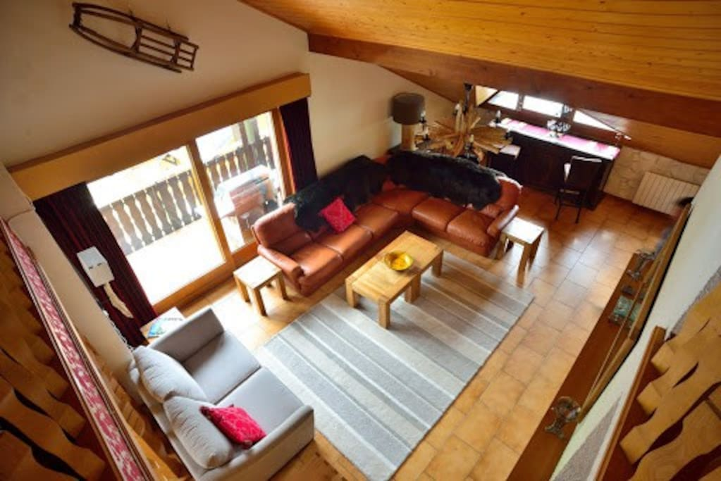 Large third floor lounge area with piste views