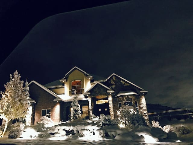 Luxury Living on the Wasatch Bench - Farmington - House