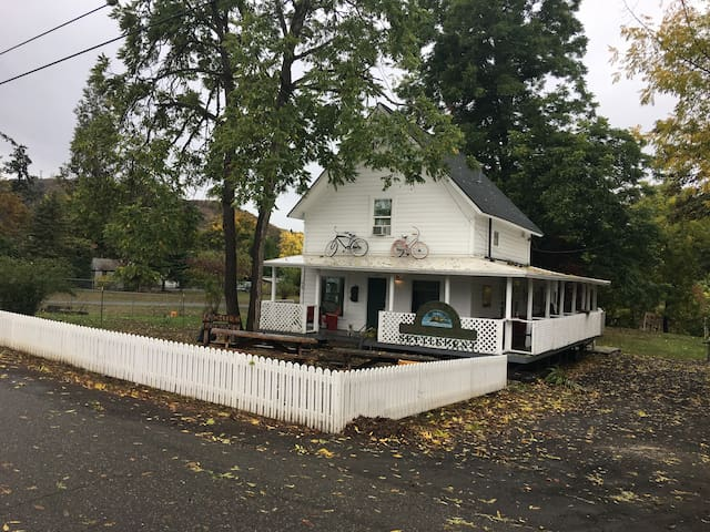 1875 Farquar House on the River Downtown Roseburg!