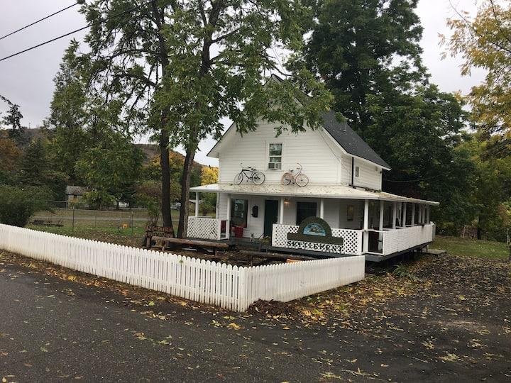 1875 Farquar 4 Bedroom Riverfront house  Roseburg!