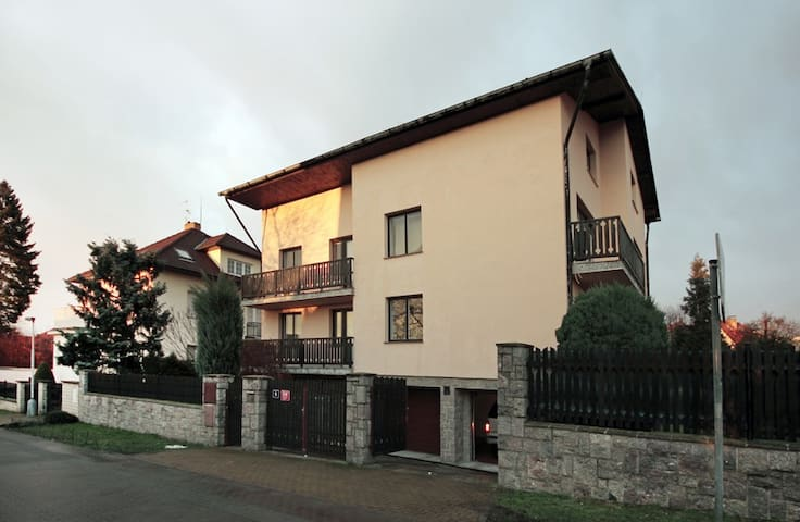 One or Two rooms in big house with swimming pool. - Prague - Villa