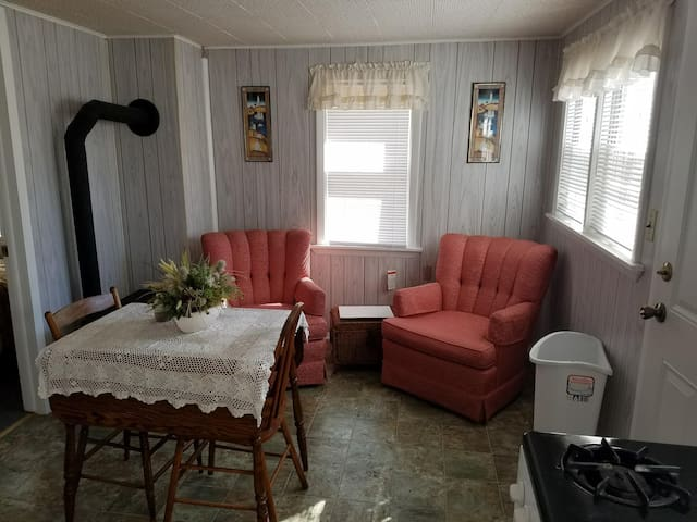 Cute, cozy 2 bed cottage right near the lake!