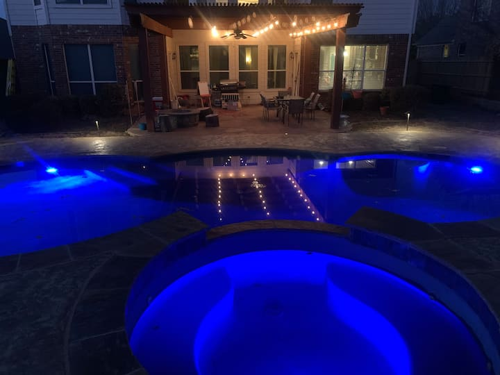 Hot tub! Fire pit, Pool, Game Room, media rm! 4BR