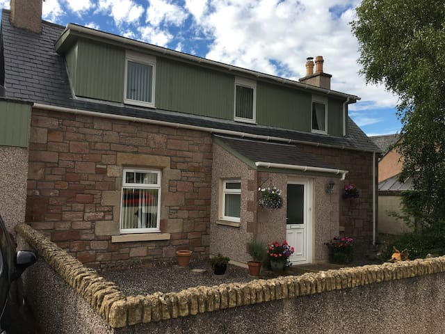 Rosewood Cottage - 10 min walk to centre