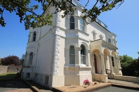 Lovely studio apartment close to  Worthing beach.