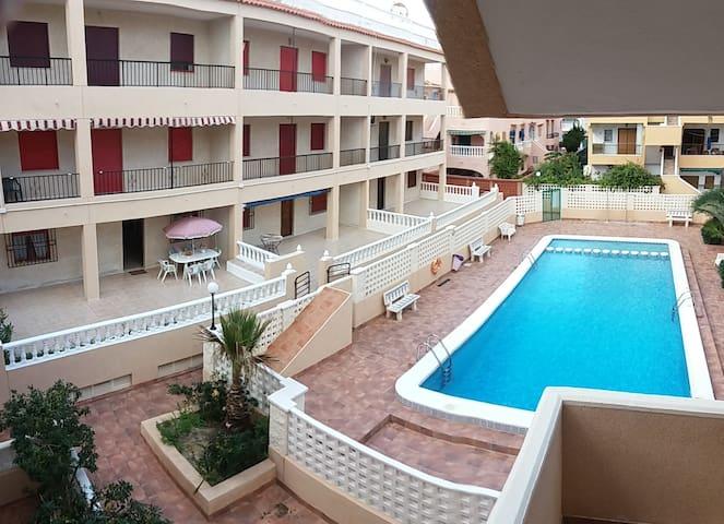 Amplio bajo con terraza y piscina. Playa a 150m