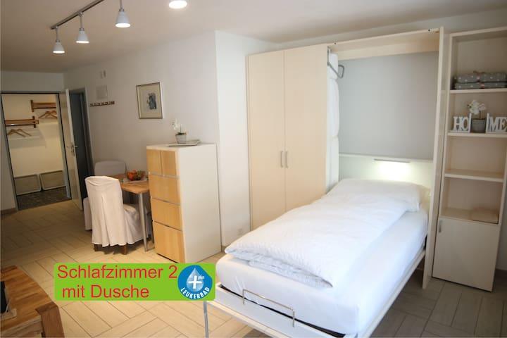 Schlafzimmer 2 mit grossem Schrankbett und eingenem Bad